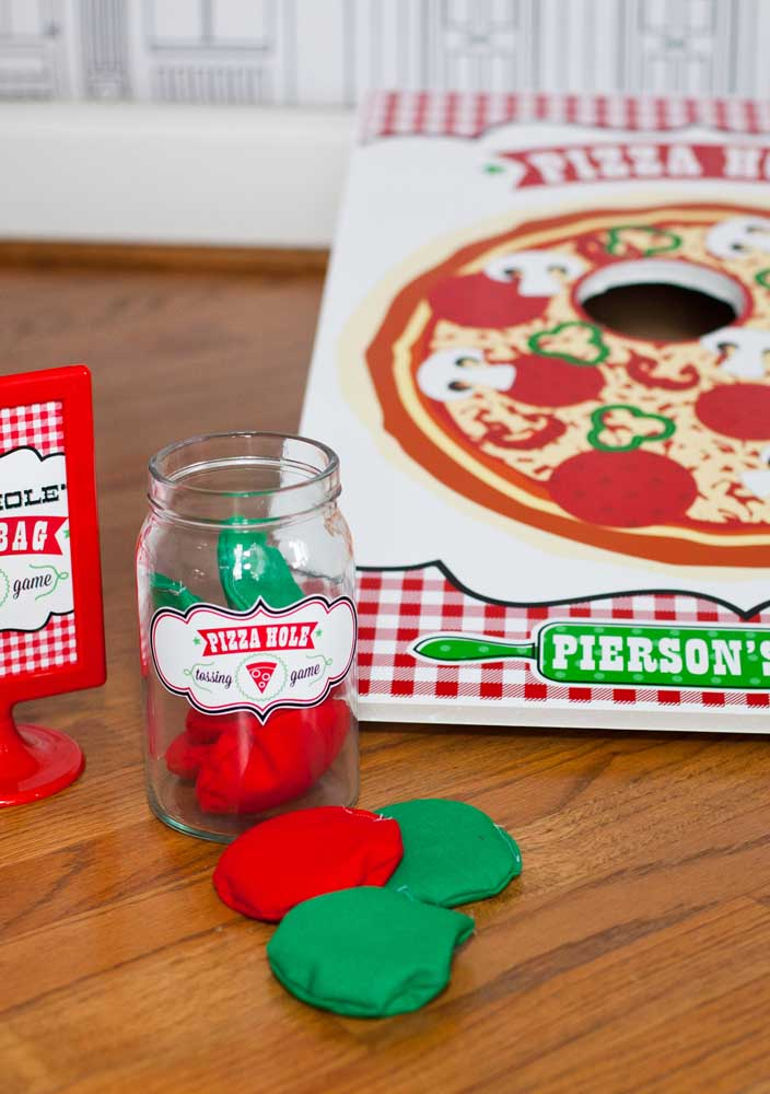 Você pode fazer a decoração noite da pizza inspirada na Itália com foco nas cores verde e vermelho.