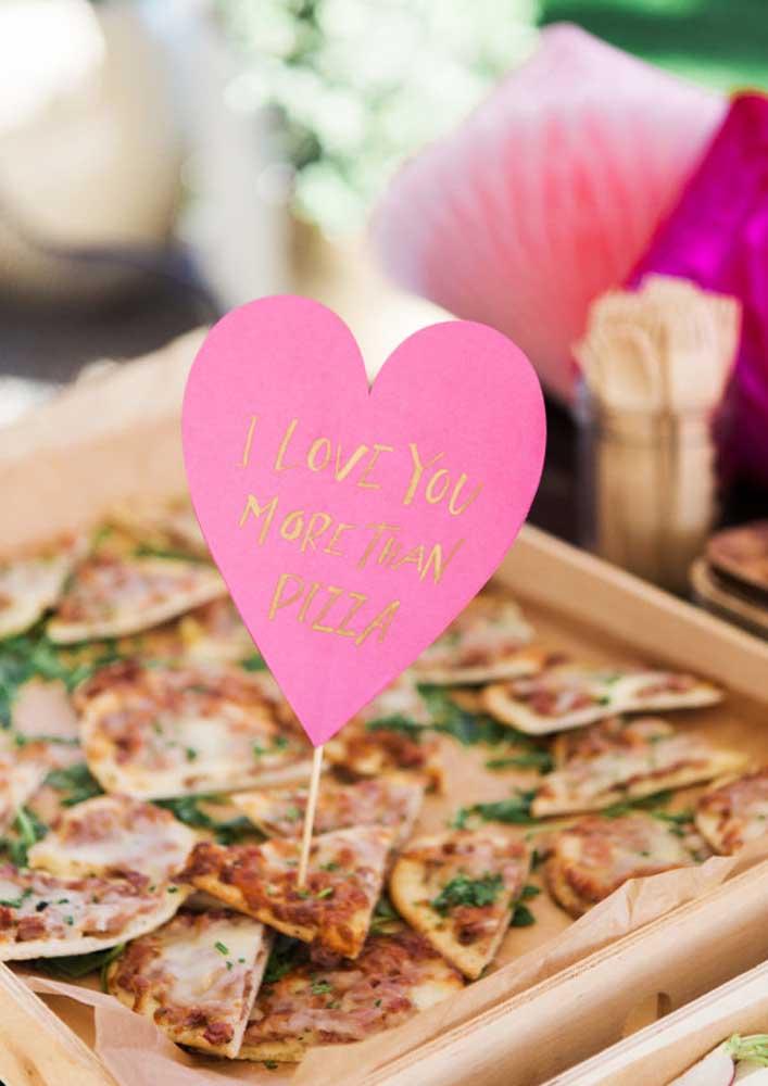 Sirva pedaços de pizza em uma bandeja e coloque plaquinhas identificadoras.