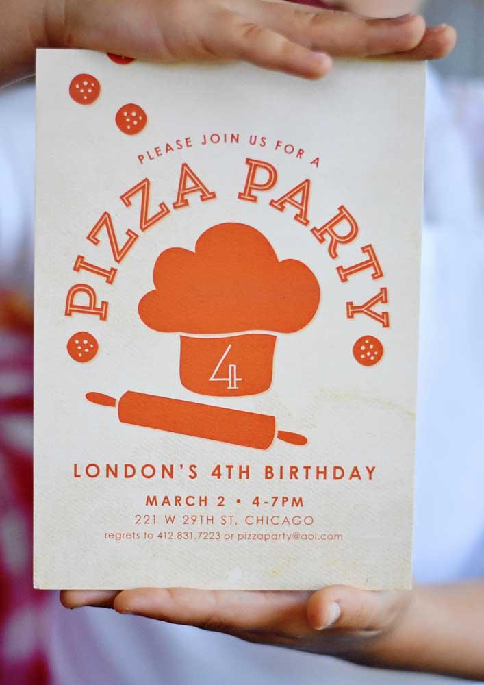 Para comemorar o aniversário faça o convite noite da pizza.