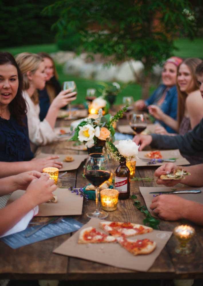 Por isso, vasos com arranjos de flores podem enfeitar a mesa da noite da pizza.