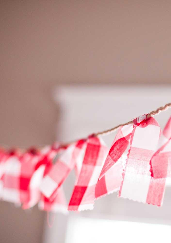 Que tal pendurar pedacinhos de tecido xadrez para decorar o ambiente?