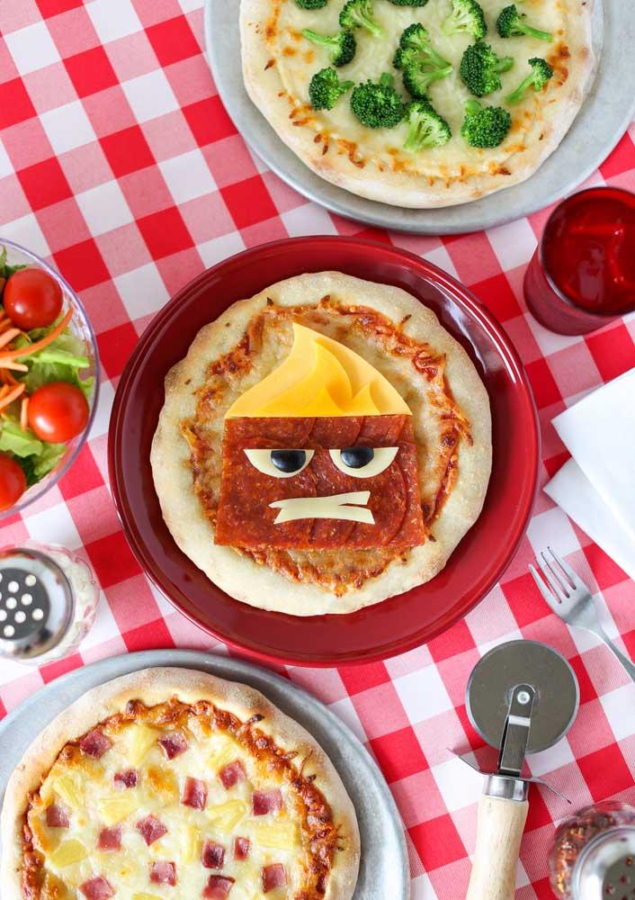 Se a noite da pizza for infantil, nada melhor do que decorar as pizzas com carinhas animadas.