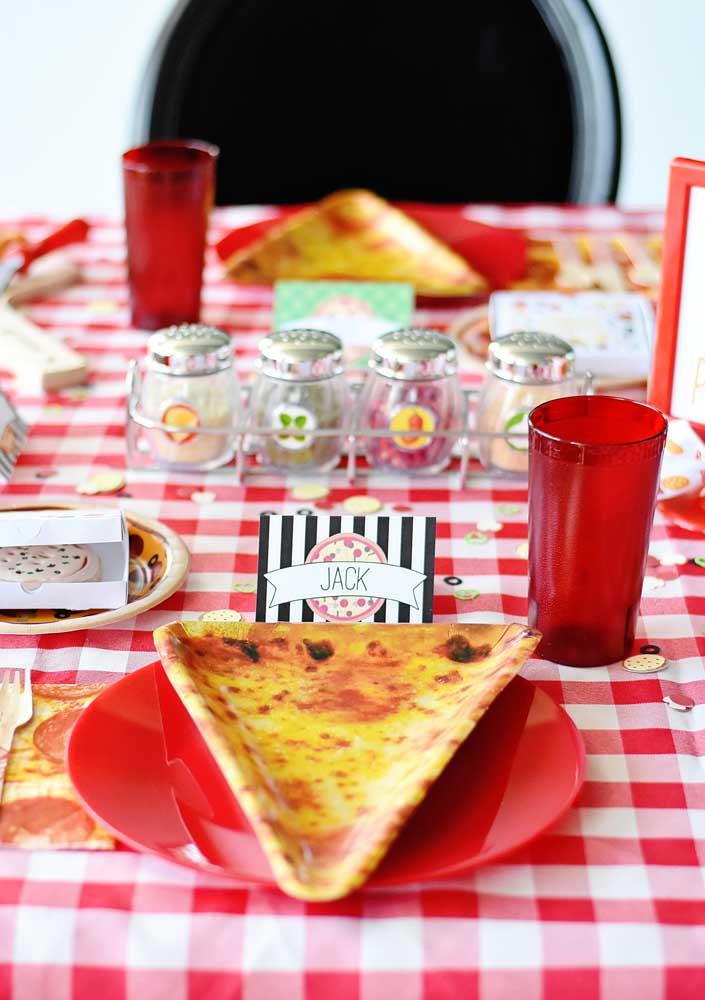 Invista em pratos originais e criativos na hora de servir a pizza.