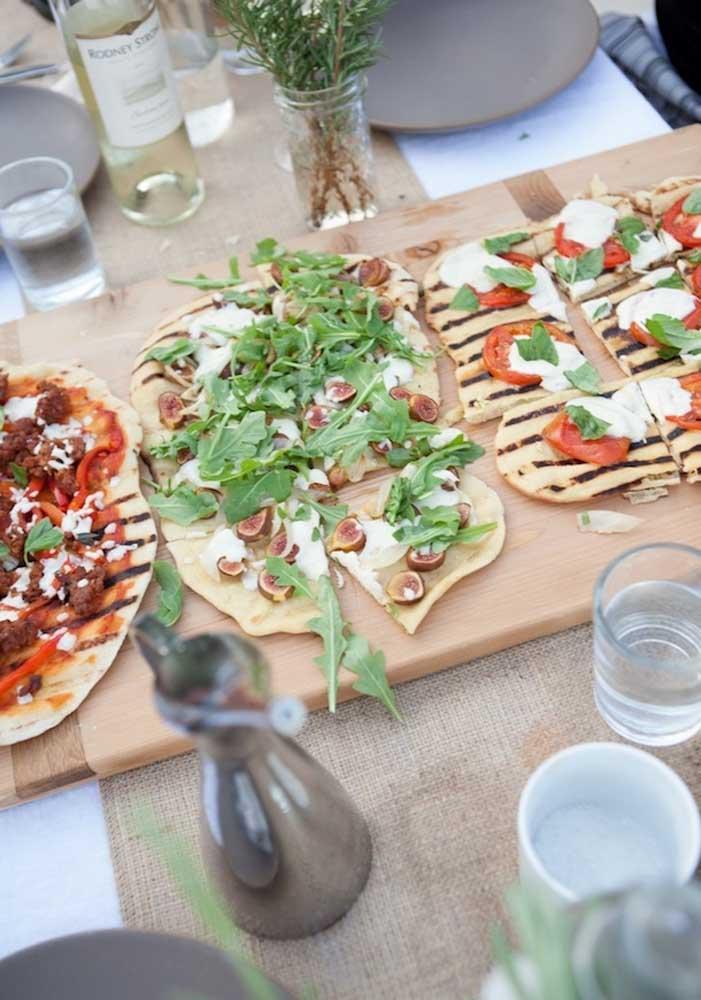 Coloque as pizzas na mesa para seus convidados se servirem à vontade.