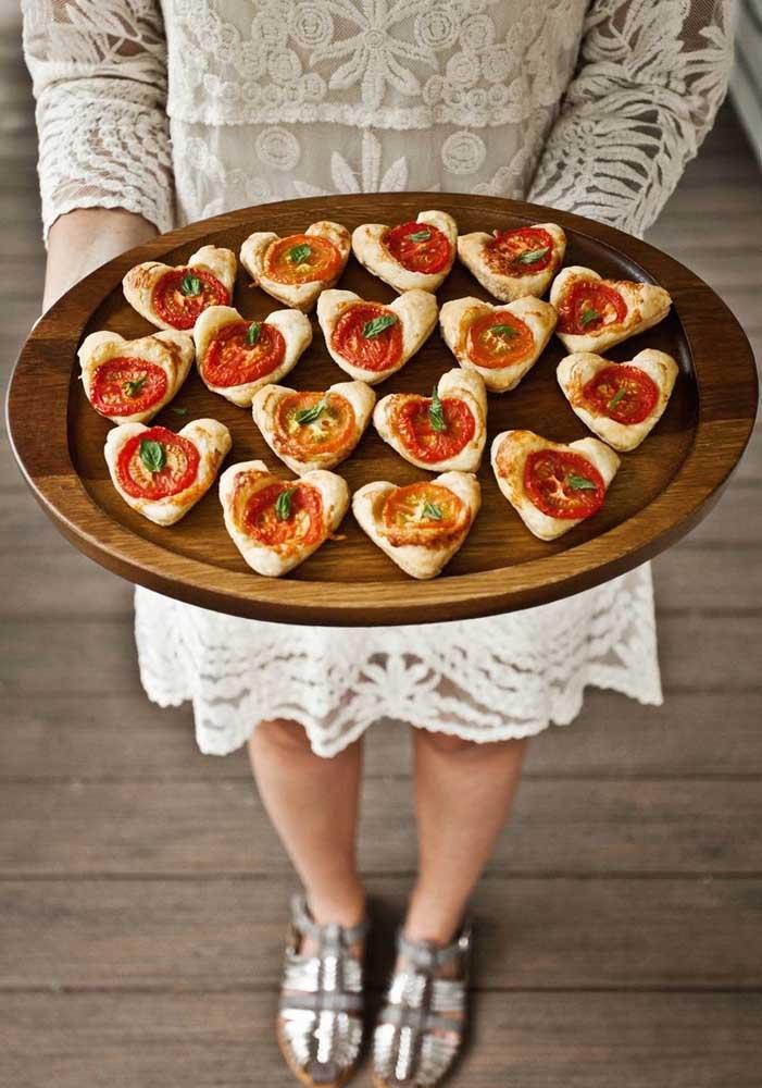 Mini pizzas servidas no formato de coração para os seus convidados.