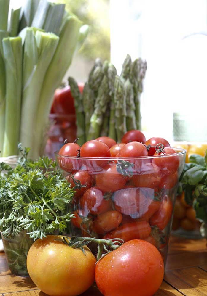 Que tal fazer uma decoração com potes de tomate e manjericão?
