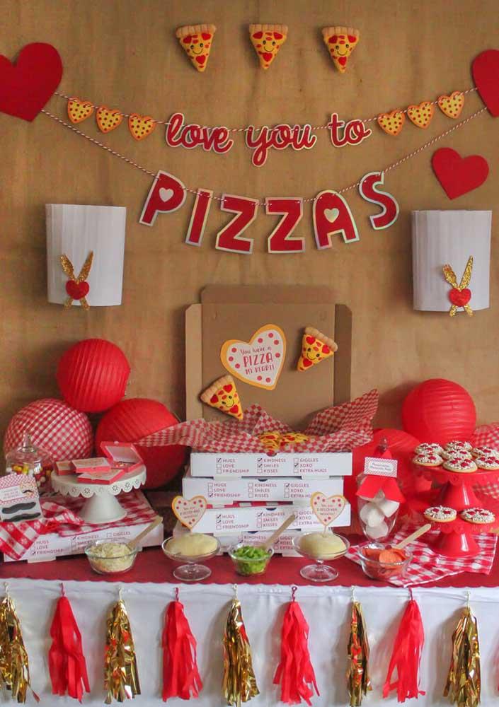 Pegue embalagens de pizza para fazer a decoração da mesa e use a cor vermelha com a predominante da decoração.