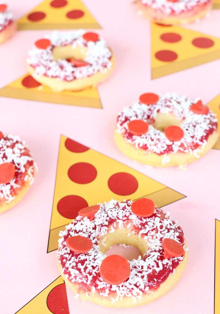 Você já pensou em servir pizza no formato de donuts? Ideia criativa e deliciosa.