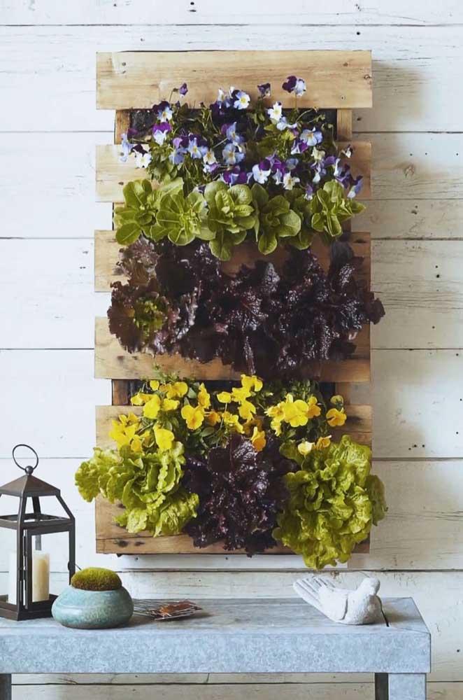 Veja que painel de pallet com flores mais lindo para você decorar sua casa.