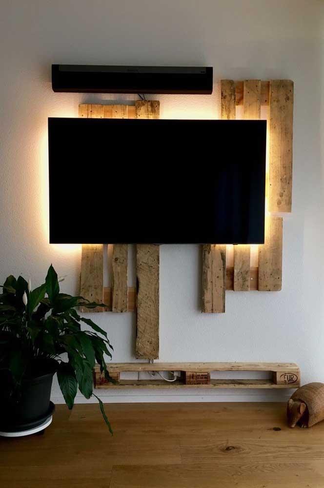 Com pallet é possível inovar na construção de móveis como é o caso desse painel para TV.
