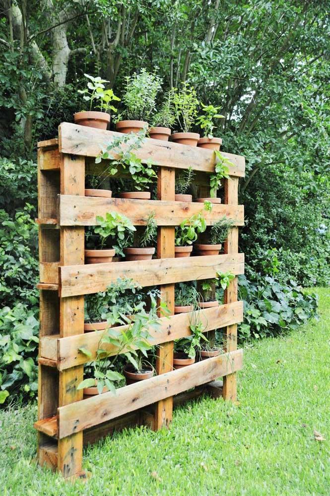 Uma das principais utilidades do painel de pallet é servir como base para vasos de plantas.