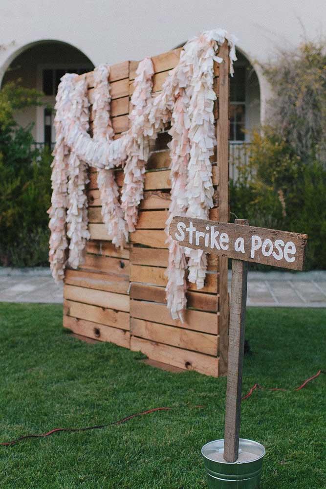 O painel de pallet para casamento pode ser uma ótima ideia para o cantinho das fotos.