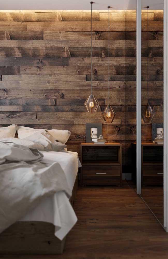 Quem não gostaria de ter uma parede de pallet estilosa como essa no quarto?