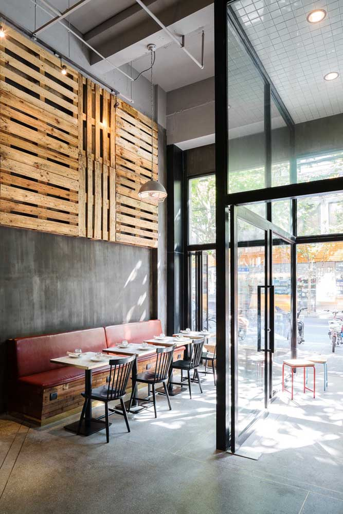 O painel de pallet tem sido bastante usado na decoração de bares e restaurantes.