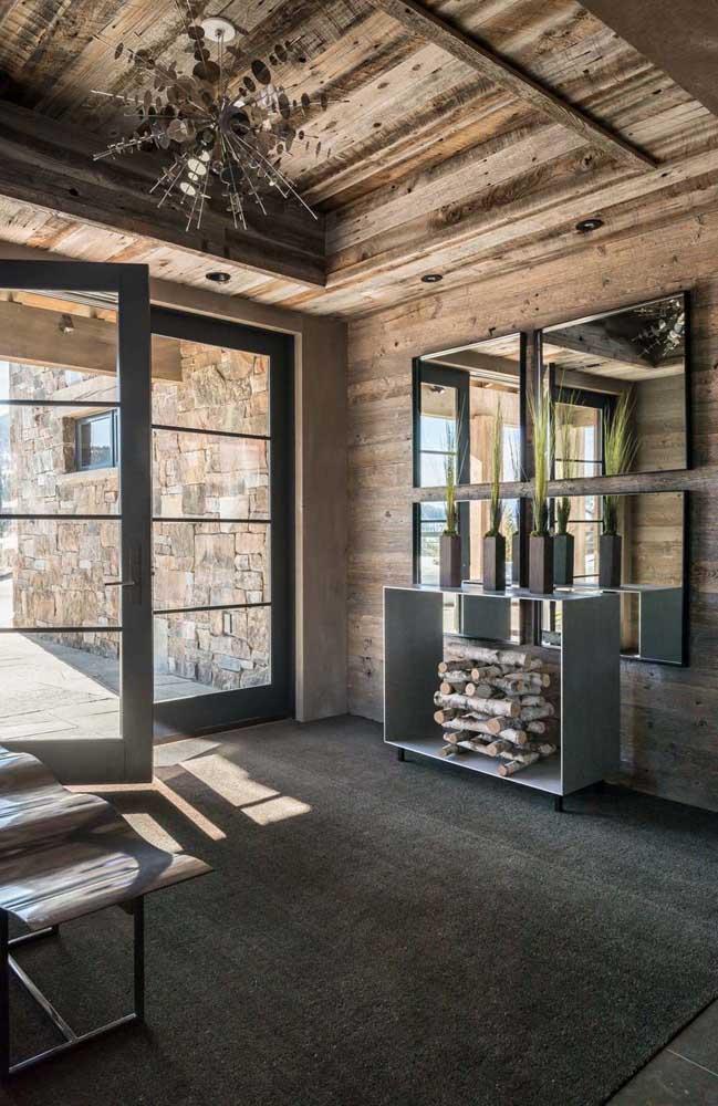 Uma boa ideia é combinar a parede feita de pallet com tijolos.