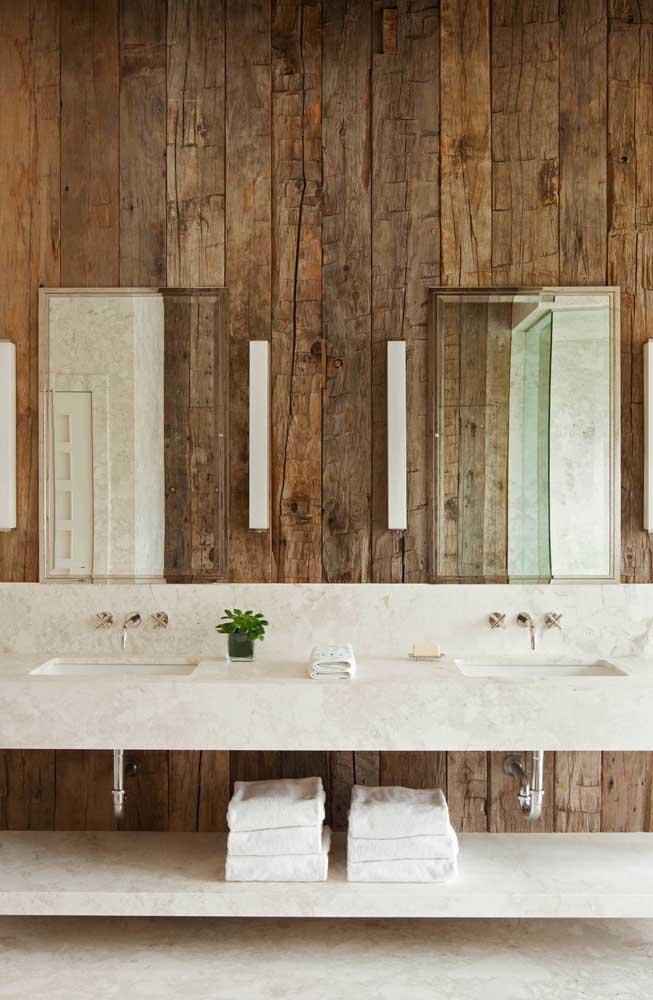 O banheiro ganha destaque com a parede de pallet.