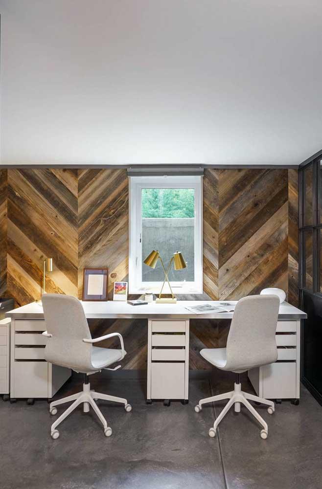 Veja como esse escritório ganhou vida com a parede de pallet.