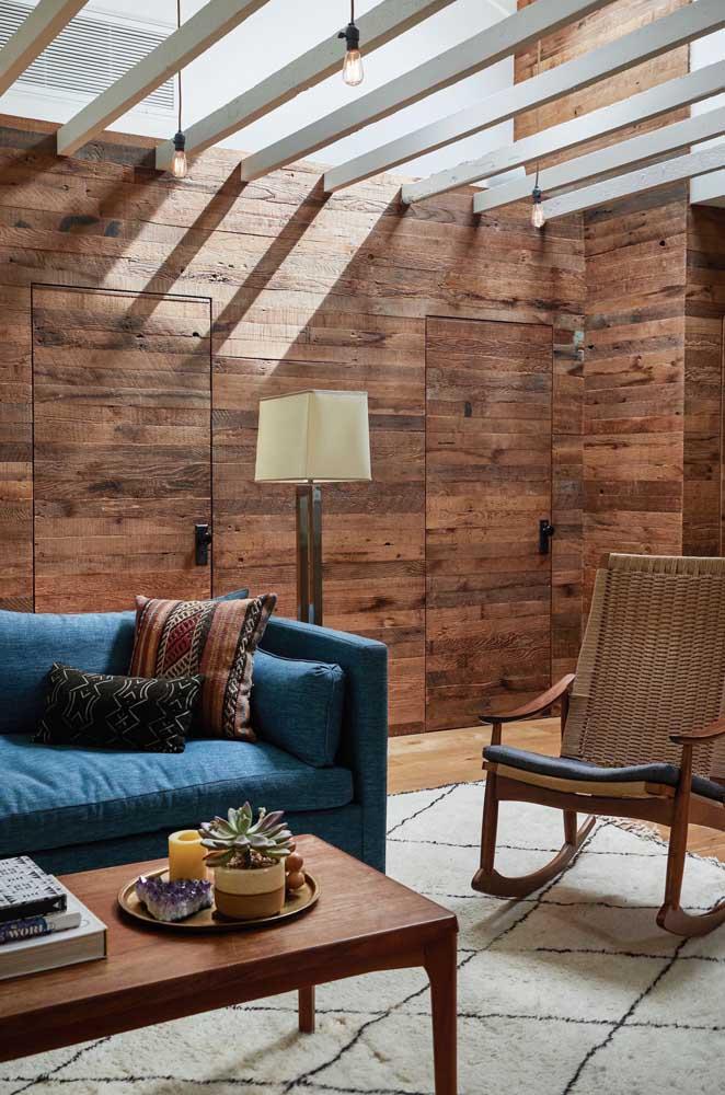 Já pensou em fazer a parede da casa toda com pallet de madeira?