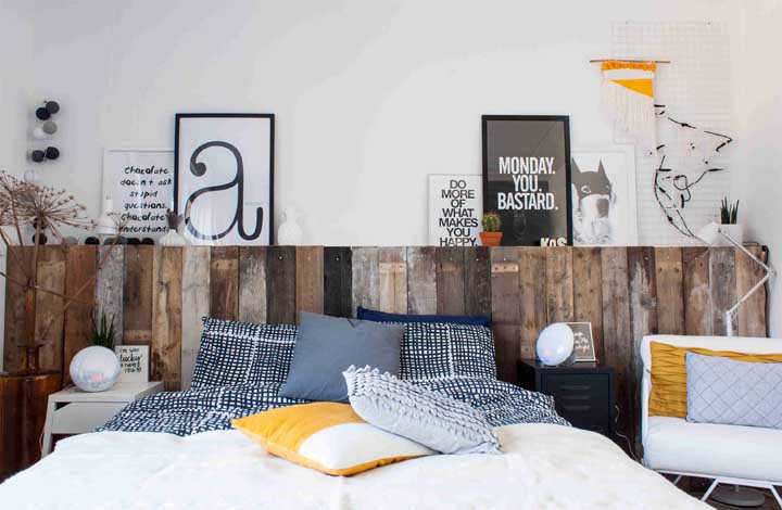 Painel simples feito de pallet para sua cama.