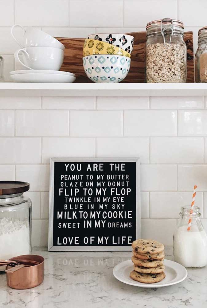 Os quadros para cozinha com frases são ótimos para deixar o ambiente mais descontraído.