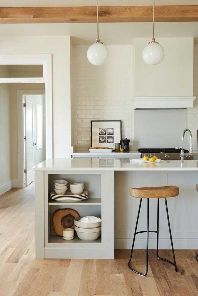 Pegue algumas fotografias e coloque dentro de uma moldura para decorar a cozinha.
