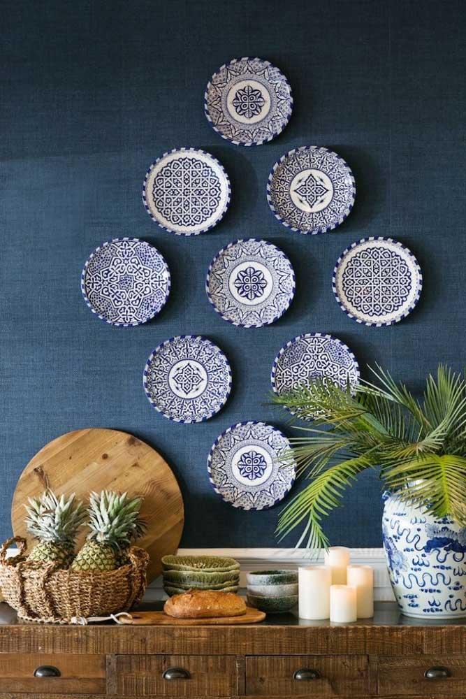 O que acha de decorar a parede da cozinha com pratos personalizados?