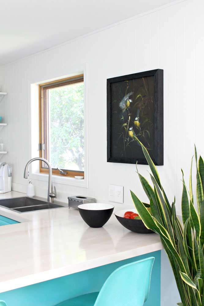 Um quadro na cor preta pode ser perfeito para destacar o ambiente mais clean.