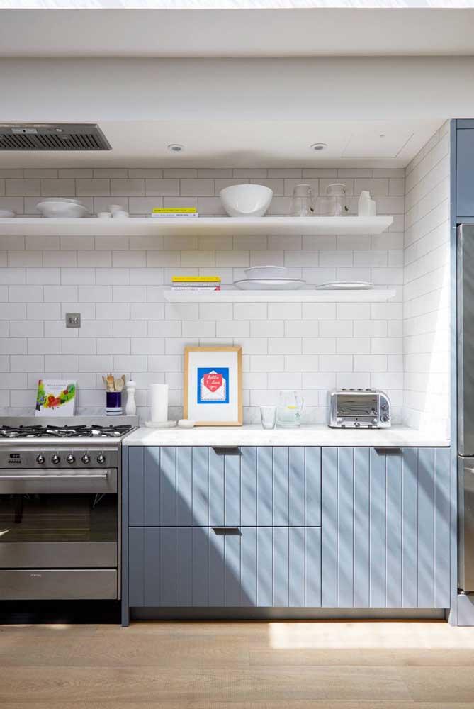 Decore a cozinha com vários quadros diferentes.
