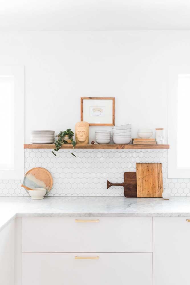 Use a moldura de madeira para combinar com os utensílios domésticos e com a prateleira.