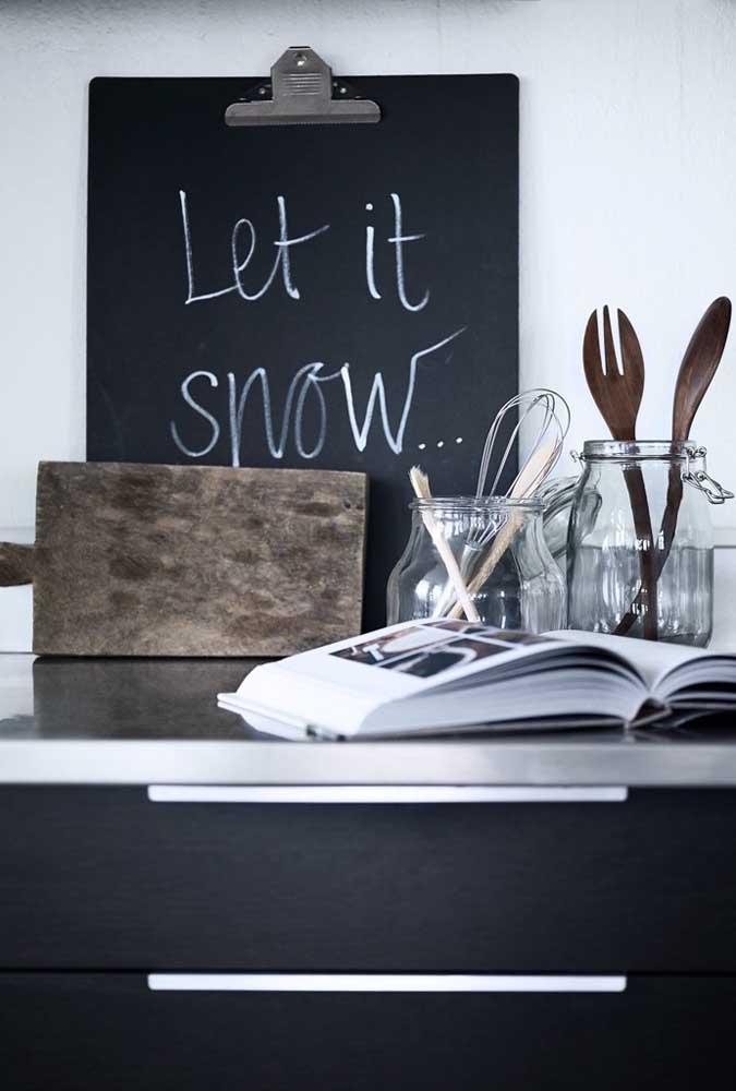 Ao invés de usar um quadro, você pode escolher uma lousa de giz para escrever mensagens na cozinha.