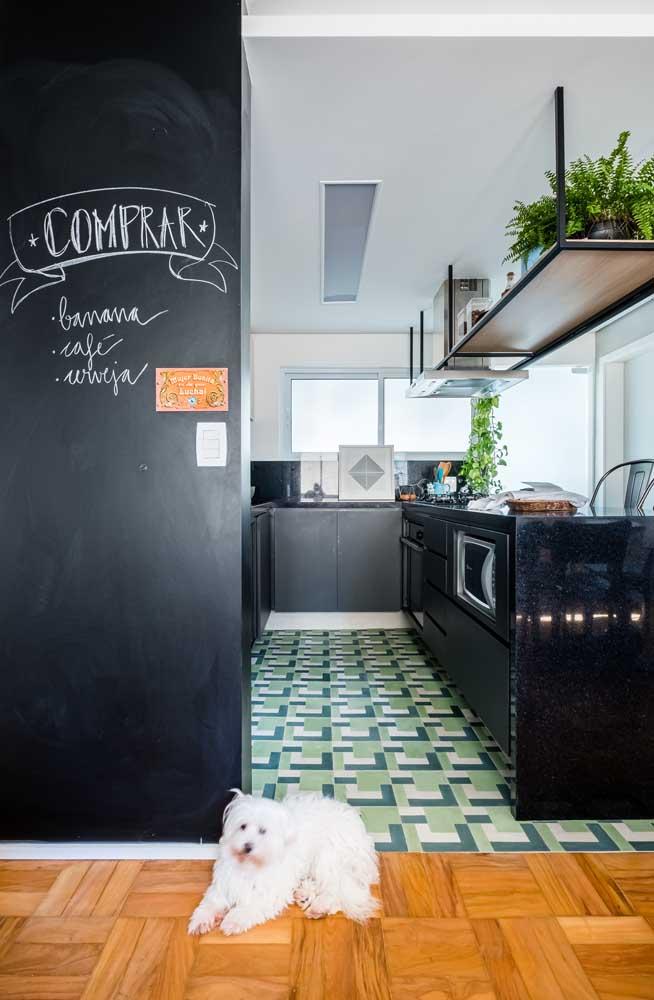 A lousa de giz também é uma ótima alternativa para colocar as anotações do dia a dia da cozinha.