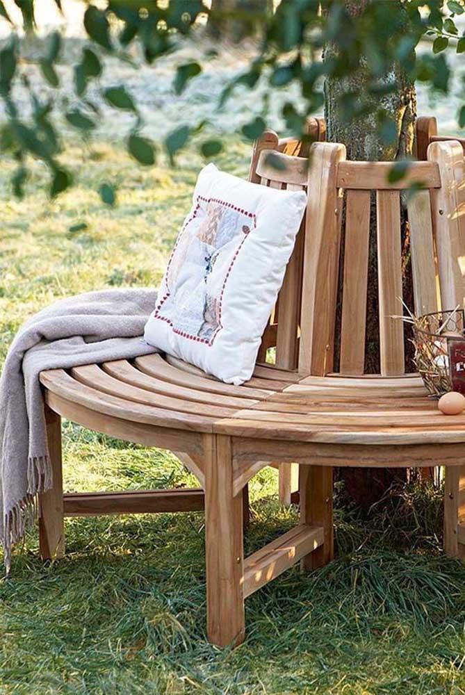 Veja a criatividade desse banco de pallet para jardim.
