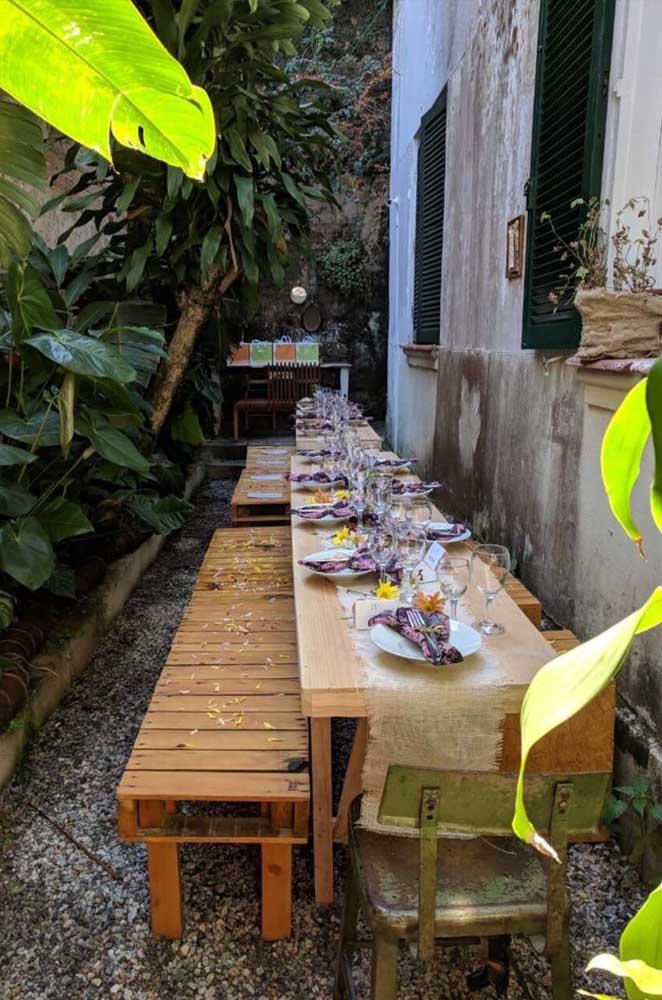 Quem curte uma decoração mais rústica pode se inspirar nessa mesa de jantar feita de pallet.