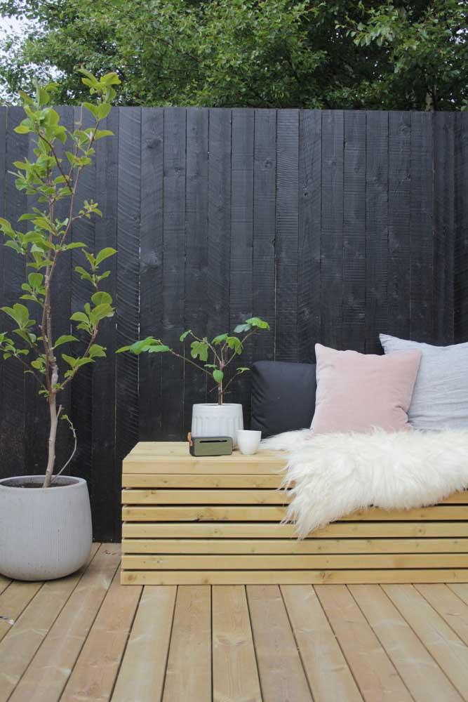 Para decorar o banco de pallet nada melhor do que colocar almofadas confortáveis.