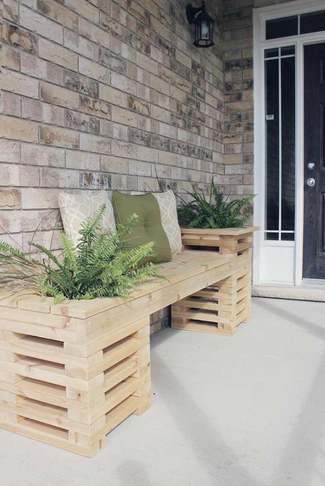 Na varanda da casa você pode colocar um banco de pallet que também serve para colocar suas plantas.