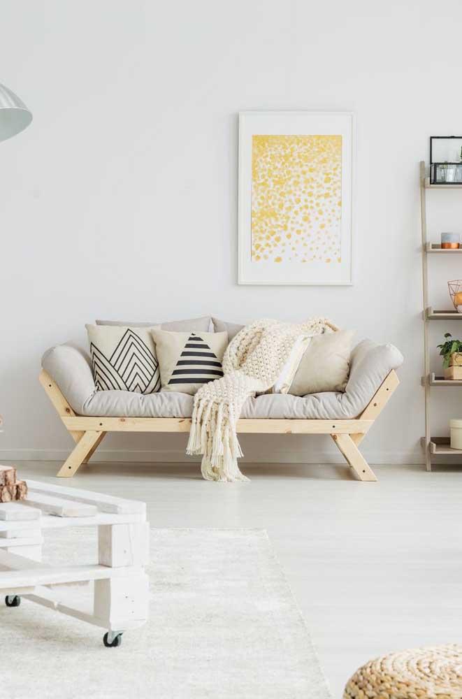 Não é somente banco que você pode fazer com pallet, já que é possível criar um sofá lindo como esse.