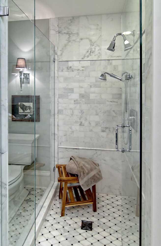 Quer tomar um banho confortável? Coloque um banquinho de pallet no box do banheiro.