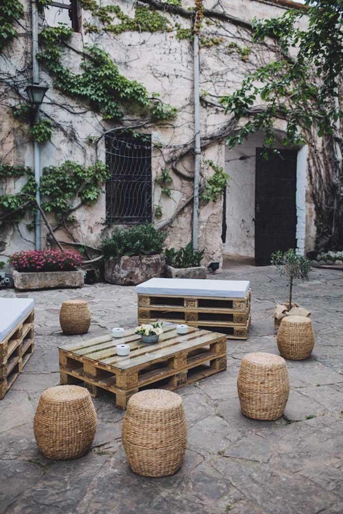 O banco de pallet sem encosto é ótimo para colocar em ambientes descontraídos.