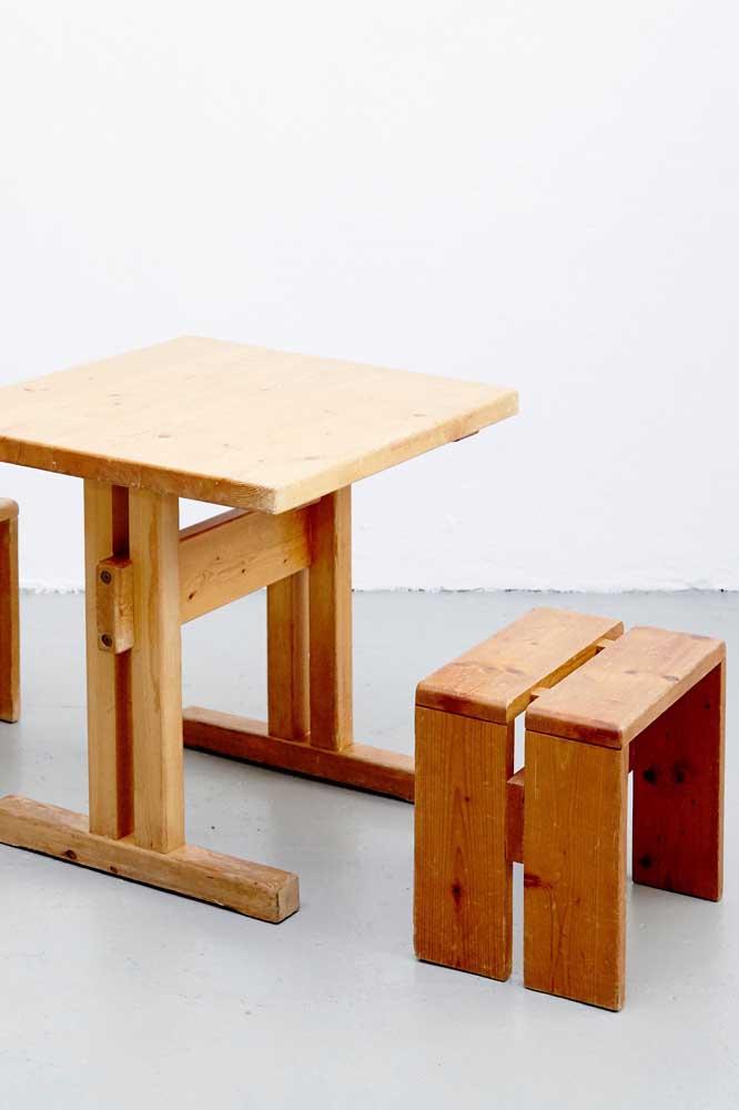 Olha esse conjunto de mesa e banco de pallet.