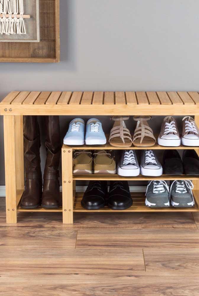 Que tal apostar no banco de pallet multiuso? Aproveite a parte debaixo para organizar seus sapatos.