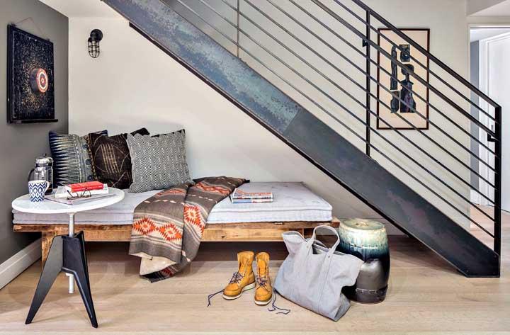 Aproveite o espaço que fica debaixo da escada para criar um ambiente confortável.