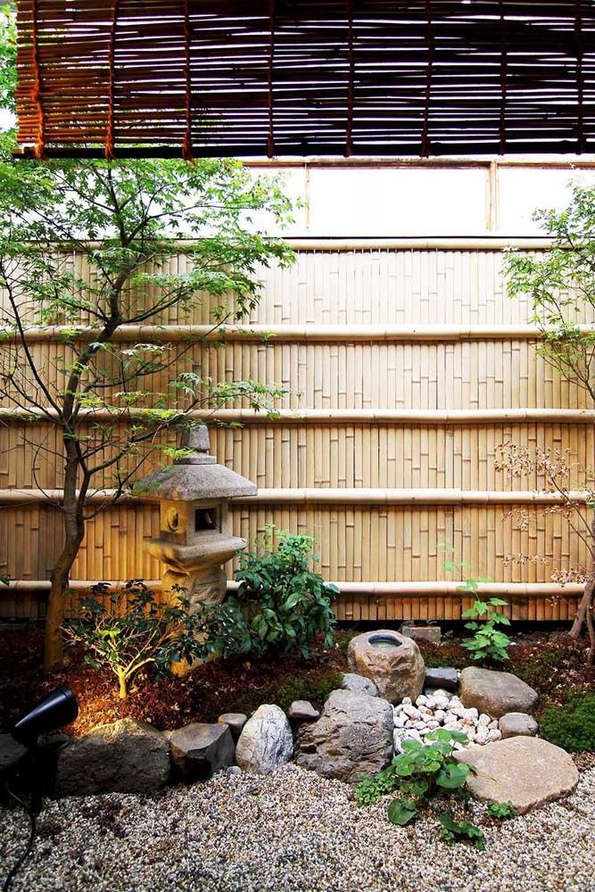 Veja que bela casa com jardim japonês.