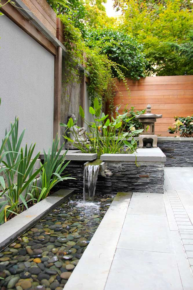 Uma boa ideia é fazer o jardim japonês com lago artificial.