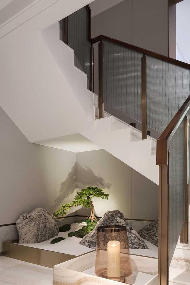 Que tal fazer um jardim japonês pequeno embaixo da escada?