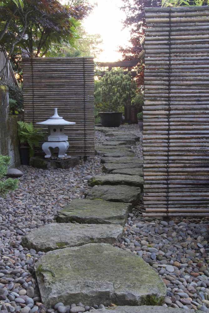Pedras são perfeitas para fazer o caminho no jardim japonês.
