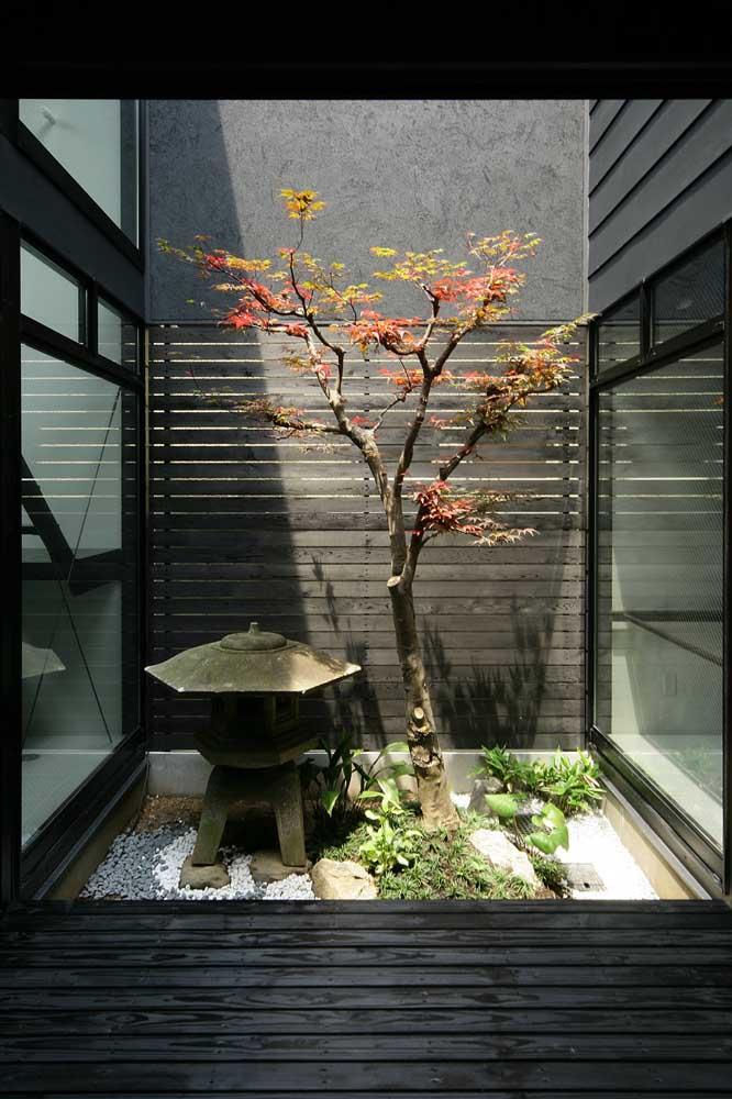 Alguns elementos não podem faltar no jardim japonês como é o caso da lanterna.