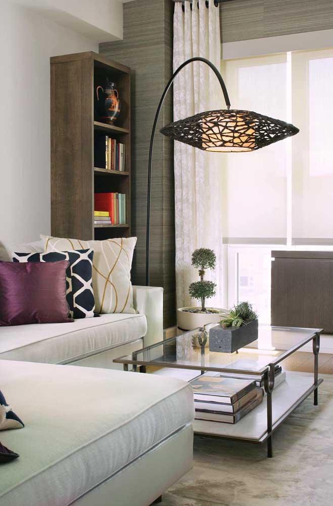 Já pensou em apostar na luminária de chão preta para decorar a sala de estar?