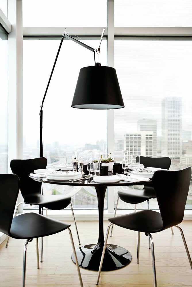 Quem disse que a luminária de chão preta não pode ser usada para iluminar a mesa de jantar?