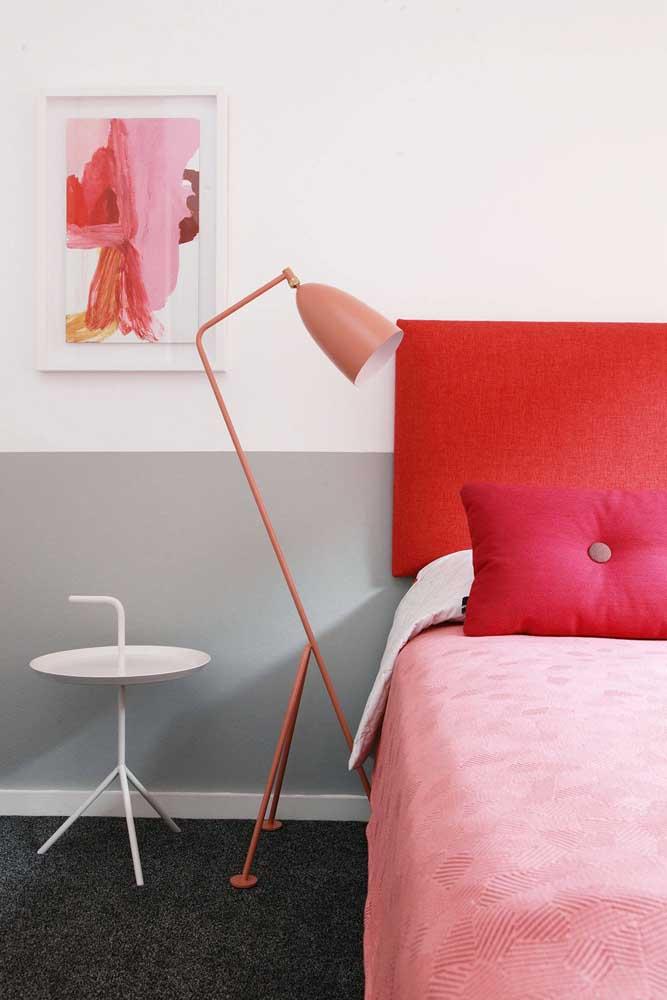 Escolha a luminária de chão que combine com a decoração do ambiente.