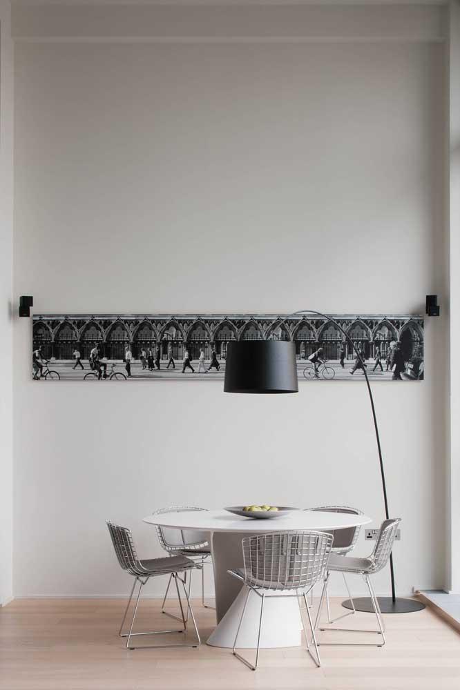 A luminária de chão ilumina mais que um abajur e pode ser uma ótima opção para a mesa.